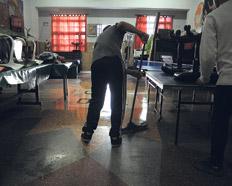 Hora de limpieza en el hogar La Casona de los Barriletes, en el barrio de Liniers.
